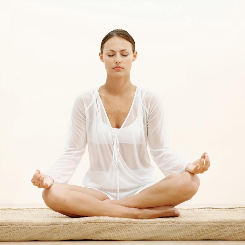 Meditación trascendental en posición flor de loto